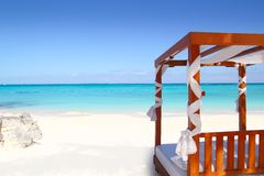 Bett des Holzes im Strandmeer-Meersand Lizenzfreie Stockfotos