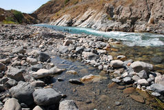Bett des Stromes in den Bergen von West-Tien Shan Stockbild