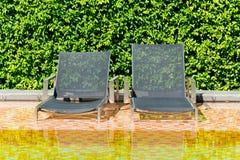 Bett durch das Pool Lizenzfreie Stockfotografie