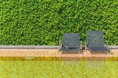 Bett durch das Pool Lizenzfreies Stockbild