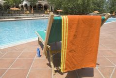 Bett durch Schwimmbad Stockbild
