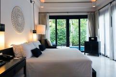 Bett in einem Geschäftshotelzimmer Lizenzfreies Stockfoto