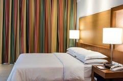 Bett in einem Geschäftshotelzimmer Stockfotografie