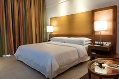 Bett in einem Geschäftshotelzimmer Stockbild