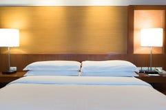 Bett in einem Geschäftshotelzimmer Stockfoto