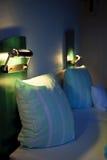Bett in einem Hotel stockbilder