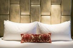 Bett in einem Hotelzimmer Stockbild