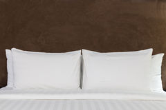 Bett in einem Hotelzimmer Stockbilder