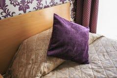 Bett in einer Herberge stockfoto