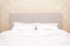 Bett an einer Wand Stockbild
