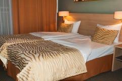 Bett im Hotelzimmer Stockfotografie