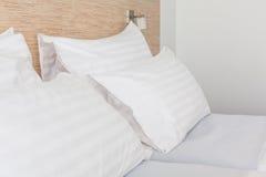 Bett im Hotelzimmer Stockfotos