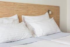 Bett im Hotelzimmer Stockbilder