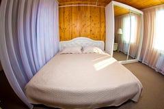 Bett im Hotelzimmer Stockbild