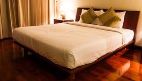 Bett im Raum Lizenzfreie Stockfotografie