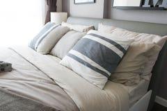 Bett im Schlafzimmer stockfotos