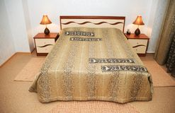 Bett im Schlafzimmer Lizenzfreies Stockbild