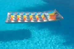 Bett im Swimmingpool Lizenzfreies Stockfoto