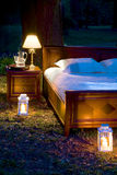 Bett im Wald Lizenzfreies Stockbild