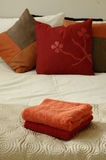 Bett, Kissen und Tücher Lizenzfreie Stockbilder