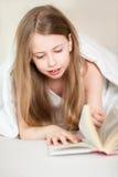Bett las Mädchen Stockbild