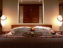 Bett mit Blumen lizenzfreies stockfoto