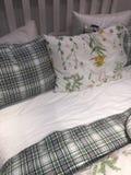 Bett mit den Blumen- und geometrischen Mustern Stockfotos