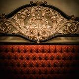 Bett mit goldener Verzierung Lizenzfreie Stockbilder