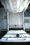 Bett mit Kabinendach lizenzfreie stockfotografie