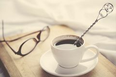 Bett mit Kaffee Stockfoto
