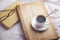 Bett mit Kaffee Lizenzfreie Stockfotografie