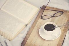 Bett mit Kaffee Stockbild