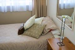 Bett mit Kissen Stockbilder