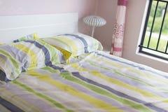 Bett mit Kissen Stockfotografie