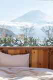 Bett mit M.Ü. Fuji-Ansicht als Hintergrund außerhalb des Fensters Stockfotos