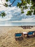 Bett mit zwei Segeltuch auf Strand am bewölkten Tag, Samui, Thailand Lizenzfreie Stockfotos