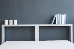 Bett und Bücherregal stockbilder