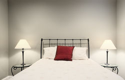 Bett und Lampen Stockbild