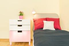 Bett und Regal Lizenzfreie Stockfotografie