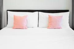 Bett und rosa Kissen Lizenzfreies Stockbild