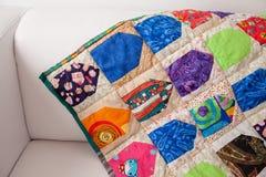 Bettdecke der manuellen Arbeit hergestellt von den verschiedenen Lappen Teil der Patchworksteppdecke als Hintergrund handmade Bun Stockfotografie