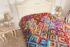 Bettdecke der manuellen Arbeit hergestellt von den verschiedenen Lappen Teil der Patchworksteppdecke als Hintergrund handmade Stockbilder