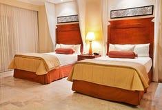 Betten des Hotelzimmers Lizenzfreies Stockfoto