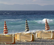 Betten nähern sich dem blauen Meer Stockfoto