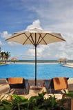 Betten neben dem Pool Lizenzfreie Stockbilder
