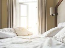 Betten Sie Matratze und Kissen verwirren oben Schlafzimmer morgens Stockbilder
