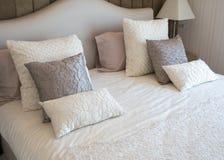 Betten Sie Raum Stockfotos