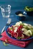 Betterave de Spiralized et salade de concombre avec le habillage d'avocat, santé Photos stock
