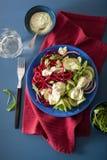 Betterave de Spiralized et salade de concombre avec le habillage d'avocat, santé Images stock