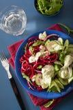 Betterave de Spiralized et salade de concombre avec le habillage d'avocat, santé Image stock